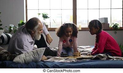 mignon, petite-fille, personnes agées, échecs, jouer, homme