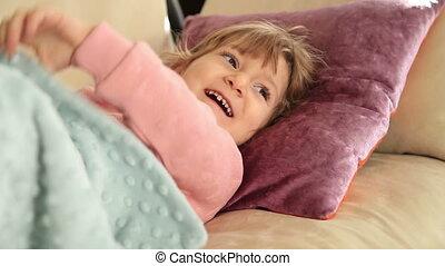 mignon, petite fille, reposer, sofa