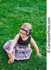 mignon, petite fille, s'asseoir herbe, sur, a, ensoleillé, jour été