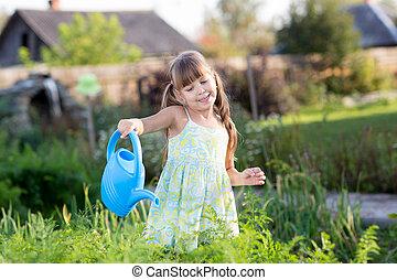 mignon, petite fille, usines arrosage, dans jardin