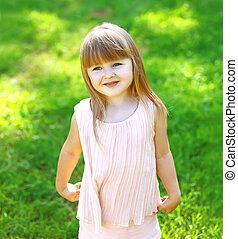 mignon, peu, été, enfant, portrait, girl, herbe, jour