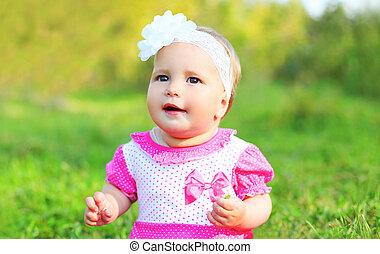 mignon, peu, été, séance, enfant, portrait, girl, herbe, jour