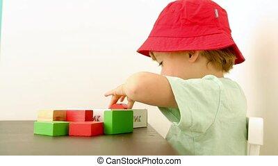 mignon, peu, blocs, jouer, garçon