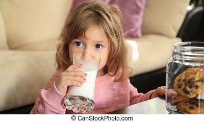 mignon, peu, boire, girl, lait