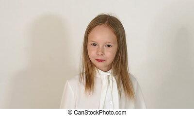 mignon, peu, cheveux blonds, arrière-plan., studio, blanc, poses, girl