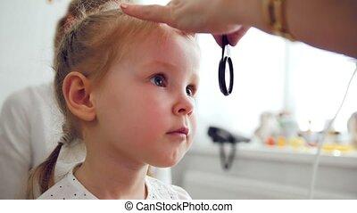 mignon, peu, -, clinique, ophtalmologie, diagnostic, enfant, optométriste, blond, girl