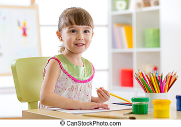 mignon, peu, crayons, girl, dessin, préscolaire