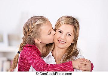 mignon, peu, elle, donner, baiser, mère, girl