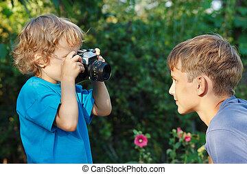 mignon, peu, elle, garçon, frère, appareil photo, blonds, dehors, pousses