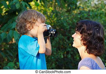 mignon, peu, elle, garçon, mère, appareil photo, blonds, dehors, pousses