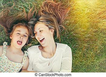 mignon, peu, elle, jour ensoleillé, mère, amusement, girl, herbe, avoir
