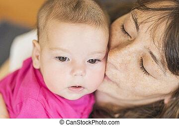 mignon, peu, elle, nouveau né, girl., mère, portrait, baisers