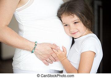 mignon, peu, elle, pregnant, étreindre, ventre, mère, girl