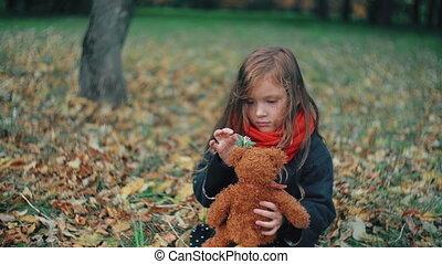 mignon, peu, elle, rigolote, teddy, parc, ours, gai, surprenant, 4k, girl, jouer, automne