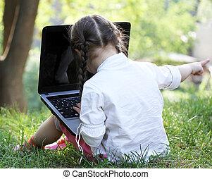 mignon, peu, elle, séance, ordinateur portable, parc, girl