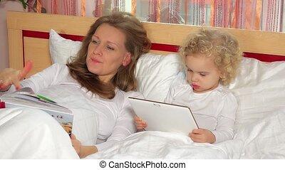mignon, peu, elle, tablette, enfant, jeune, informatique, mère, lecture fille, livre
