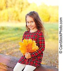 mignon, peu, ensoleillé, jaune, automne, pousse feuilles, enfant, portrait, girl, jour, érable