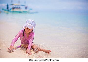 mignon, peu, ensoleillé, sable, jour, chaud, girl, jouer