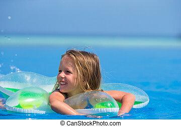 mignon, peu, extérieur, girl, heureux, piscine, natation