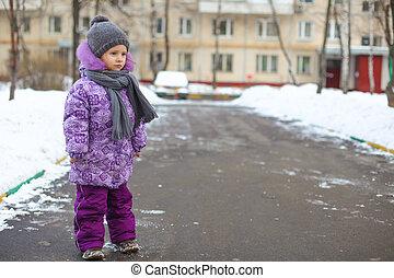 mignon, peu, extérieur, hiver, ensoleillé, marche, neige, girl, jour, heureux