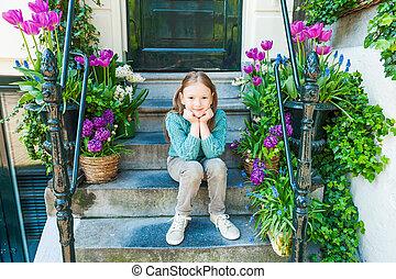 mignon, peu, extérieur, séance, printemps, ville, étapes, portrait, girl, jour, gentil
