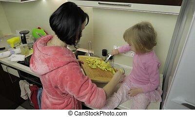 mignon, peu, fille, elle, cuisine, ensemble, mère, petit, girl, mother.