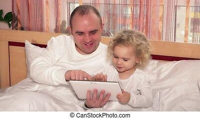 mignon, peu, fille, tablette, chauve, père, jeu, lit, jeu, informatique, girl