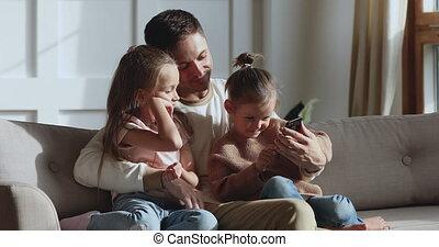 mignon, peu, fille, utilisation, girl, smartphone, apprentissage, famille, délassant