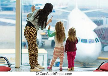 mignon, peu, grand, filles, avion, grand, aéroport, fenêtre, maman, regarder