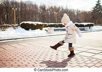 mignon, peu, hiver, dehors, ensoleillé, promenades, girl, jour