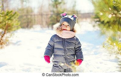 mignon, peu, hiver, ensoleillé, marche, neige, enfant, jour