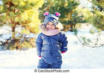 mignon, peu, hiver, ensoleillé, marche, neige, enfant, sourire, jour