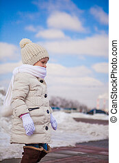 mignon, peu, hiver, ensoleillé, marche, neige, girl, jour, heureux