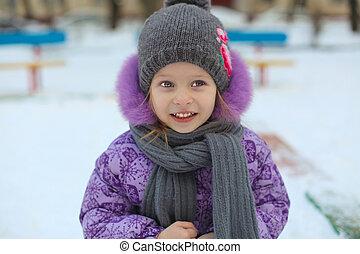 mignon, peu, hiver, ensoleillé, neige, jour, amusement, portrait, girl, avoir, heureux