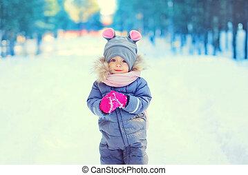 mignon, peu, hiver, marche, neige, forêt, enfant