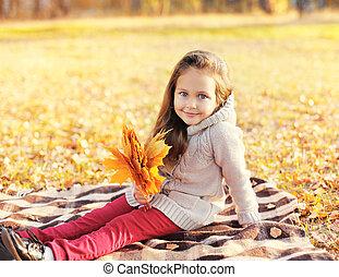 mignon, peu, jaune, automne, pousse feuilles, enfant, girl, jour, érable
