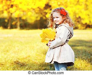 mignon, peu, jaune, automne, pousse feuilles, enfant, portrait, girl, jour, érable
