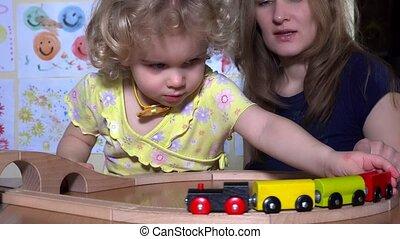mignon, peu, jouet, pousser, jeune, locomotive, train, mère, ferroviaire, girl