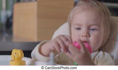 mignon, peu, jouet, séance, jouer, appareil photo, table, fille souriante
