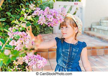 mignon, peu, jour ensoleillé, dehors, girl, fleurs, jouer, gentil