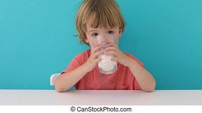 mignon, peu, lait, boire, garçon