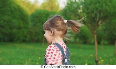 mignon, peu, lent, été, ensoleillé, mouvement, parc, courant, amusement, girl, jour