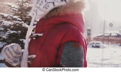 mignon, peu, lent, coup, ensoleillé, motion., parc, gros plan, pin, surprenant, courant, neige, appareil photo, arbres, girl, jouer
