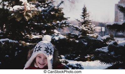 mignon, peu, lent, coup, hiver, neigeux, motion., gros plan, pin, surprenant, courant, derrière, appareil photo, arbres, girl, vêtements