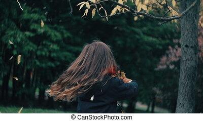 mignon, peu, lent, elle, rigolote, teddy, jouet, feuilles, arbre, les, ours, gai, rotation, jaune, automne, girl, mo