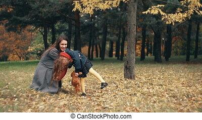 mignon, peu, lent, rigolote, parc, avoir, automne, surprenant, maman, amusement, girl, mouvement