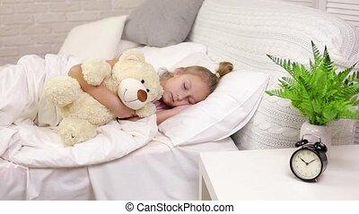 mignon, peu, ours peluche, enfant endormi, girl
