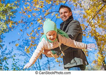 mignon, peu, père, parc, avoir, automne, ensoleillé, amusement, girl, jour, heureux