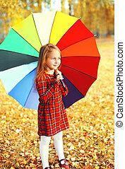 mignon, peu, parapluie, coloré, ensoleillé, automne, enfant, girl, jour