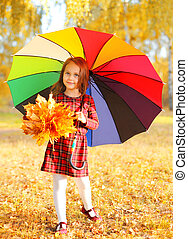 mignon, peu, parapluie, coloré, ensoleillé, marche, jaune, automne, pousse feuilles, enfant, girl, jour, érable